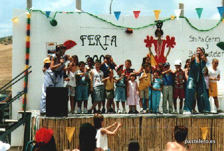 Niños en el escenario de la feria de 2001