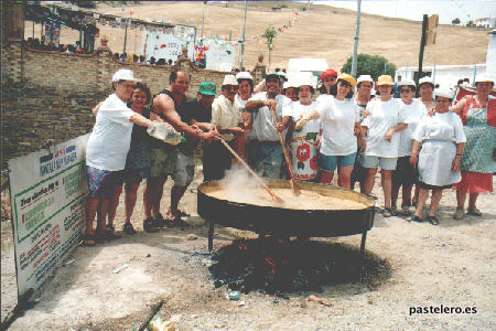 Cocinando la Paella de la feria de 2001 en la Barriada Pastelero de Málaga
