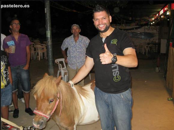 Jose, el cantante de la orquesta California con el Pony