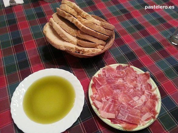 Tipica cena de Pastelero con Pan, aceite y jamón