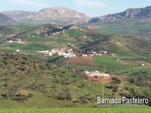 Barriada Pastelero con el Torcal de Antequera